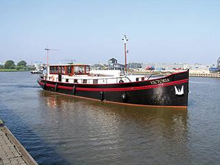 Single hull - motor yacht motorboat - single drive